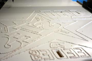 découpe de lettres et logos dans un panneau de PVC 19 mm
