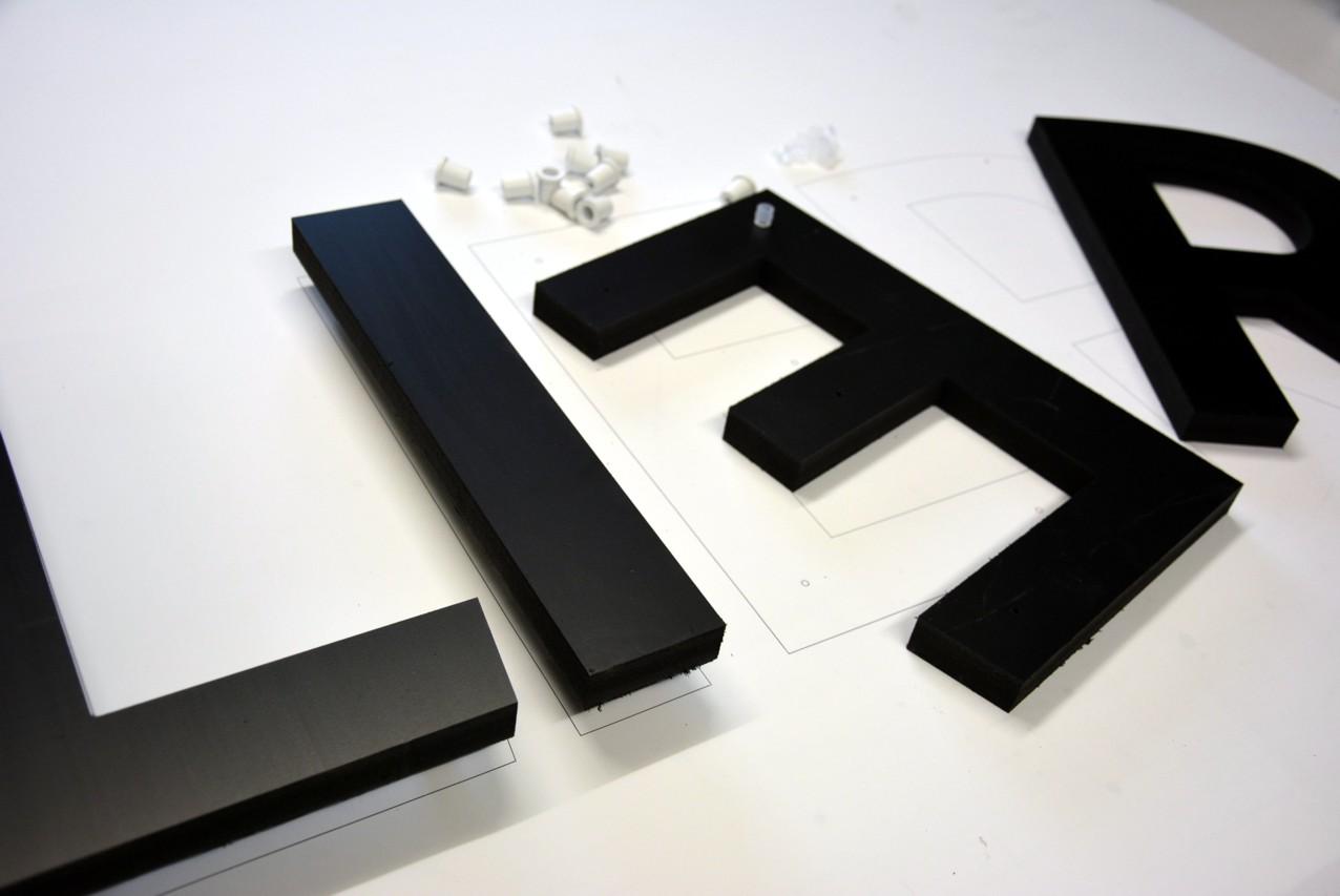 lettres découpées pvc komacel noir